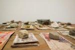 pieniądze na stole z kamieniami
