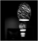 lampa wisząca w kolorystyce czarno-białej